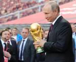 Путин под проливным дождем наградил футболистов ЧМ-2018