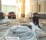 Упавшие с крыши арки Главного штаба леса накрыли девушку и двух мужчин